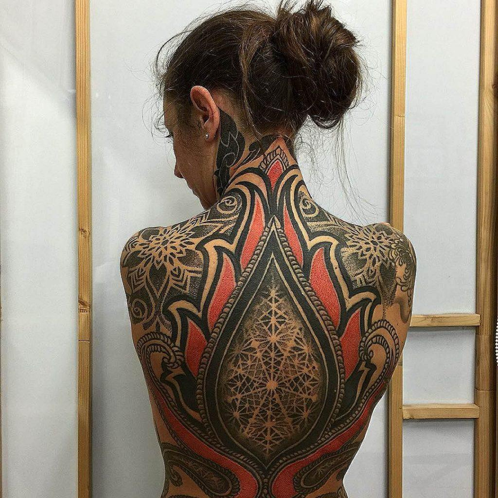 tatuaggio schiena le sacre linee