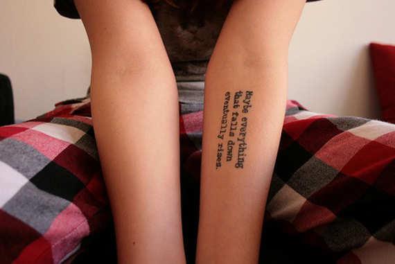 tatuaggio scritte piccolo avambraccio